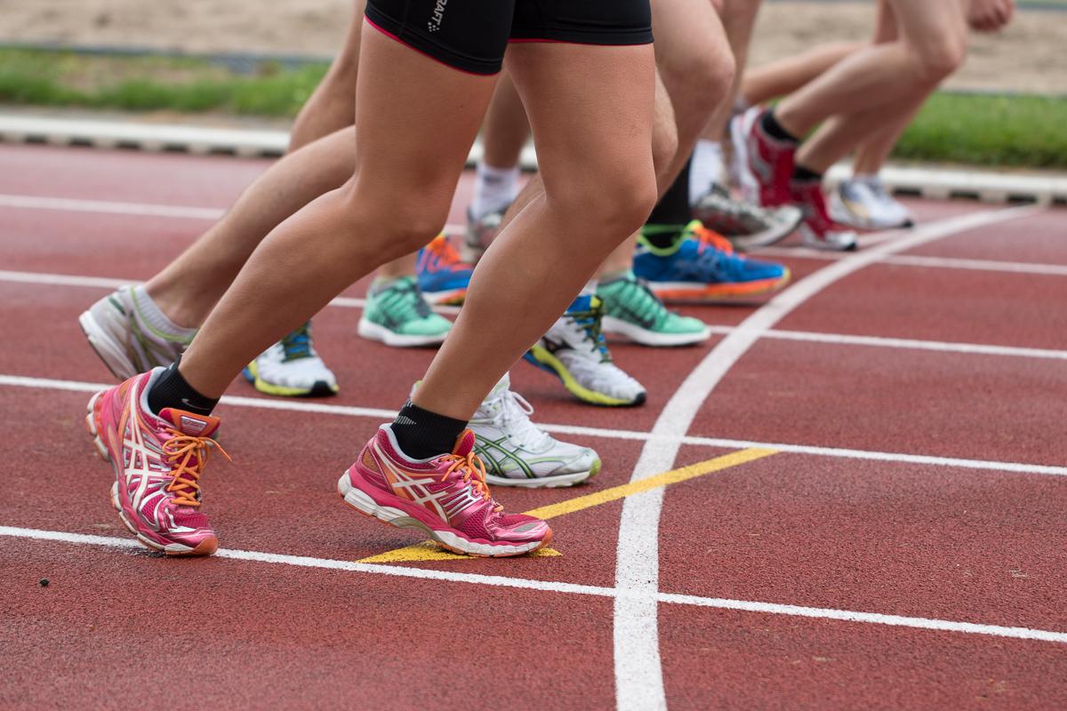 Juoksijoita kilparadalla