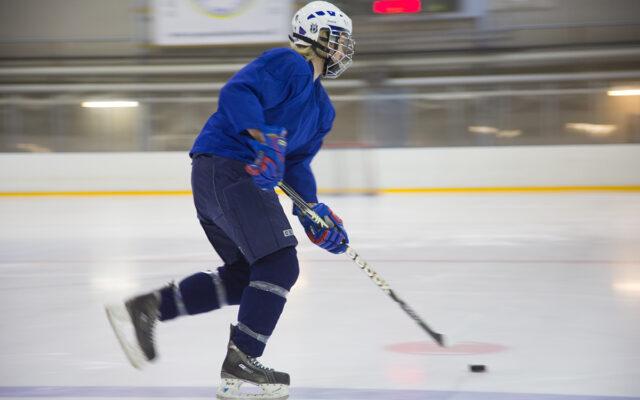 Jääkiekkoilija pelaa jäähallilla